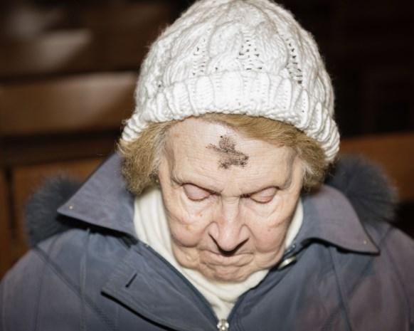 Waarom gelovigen op Aswoensdag een askruisje op het voorhoofd krijgen
