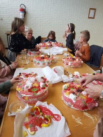 Femma Opgrimbie maakt snoeptaarten met kinderen