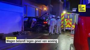 Ravage na zware crash in Vreren: BMW zit klem tussen garagepoort en gevel van huis