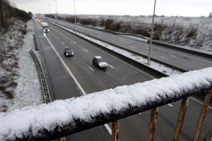 """Winterse neerslag zorgt voor glad wegdek: """"Maximum 70 km/u op E313"""""""