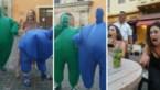 Dames krijgen tijdens rondreis verrassing van hun leven dankzij optreden van vermomde straatartiesten