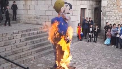 """Kroatisch dorp verbrandt poppen van homokoppel: """"Inhumaan en totaal onacceptabel"""""""