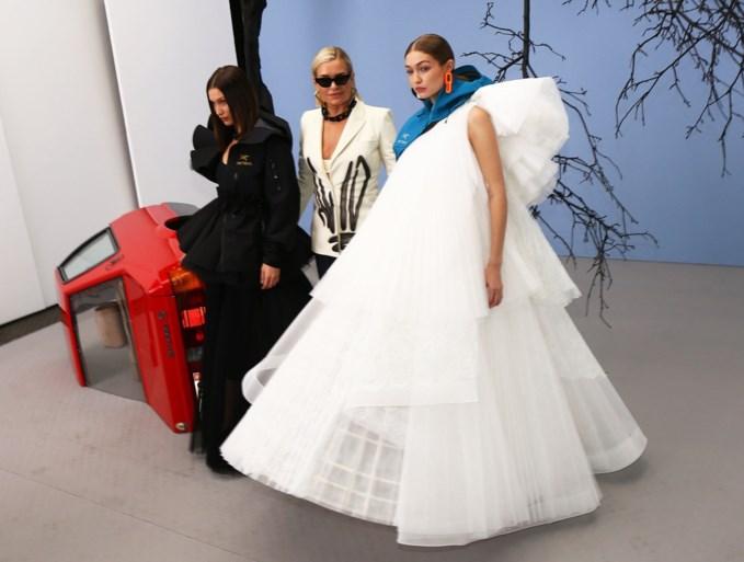 Gigi, Bella en mama Hadid samen op de catwalk voor Off-White