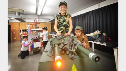 Kinderen bouwen elektrische praalwagen