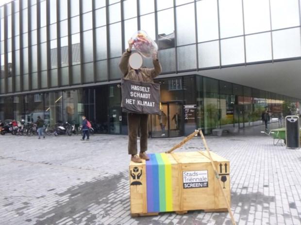 Hasseltse afvalkunstenaar in beroep tegen GAS-boete voor uitstrooien plastiek