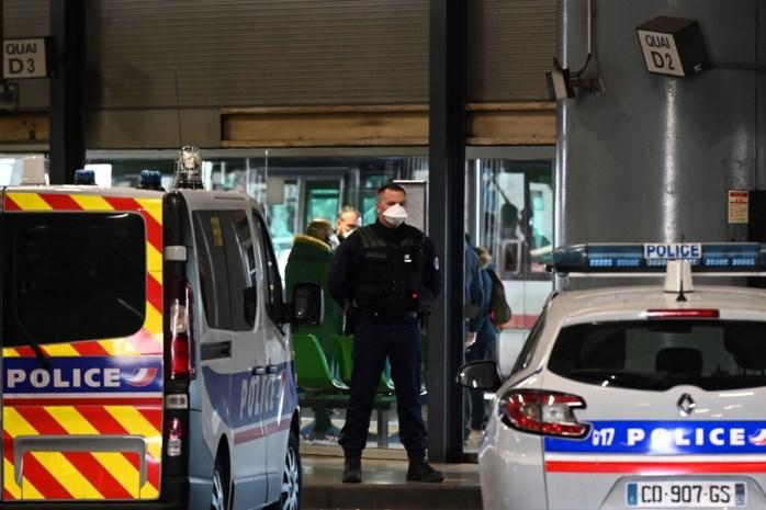 Station van Lyon gesloten: zware relschoppers steken auto's in brand