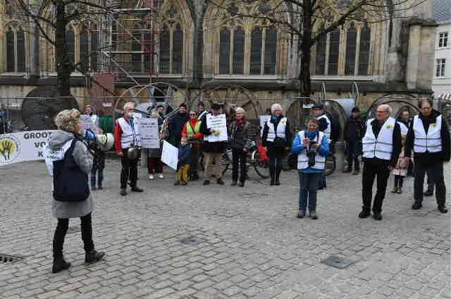 """Grootouders en deken luiden milieunoodklok in Hasselt: """"We blijven doorgaan"""""""