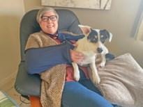 Hond na zwerftocht in stationsbuurt en baasje met 2 gebroken armen terug thuis