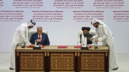 VS en taliban tekenen akkoord dat einde maakt aan achttien jaar oorlog