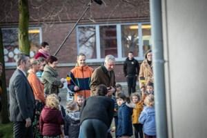 Koning Filip schudt geen handen bij bezoek aan Diepenbeekse school Paleis