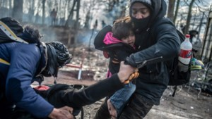 """Paniek aan grens met Europa: """"Je hoort de geweren ratelen en granaten ontploffen"""""""