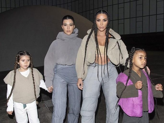 Kim Kardashian heeft vlechtjes, maar komt daar niet zomaar mee weg