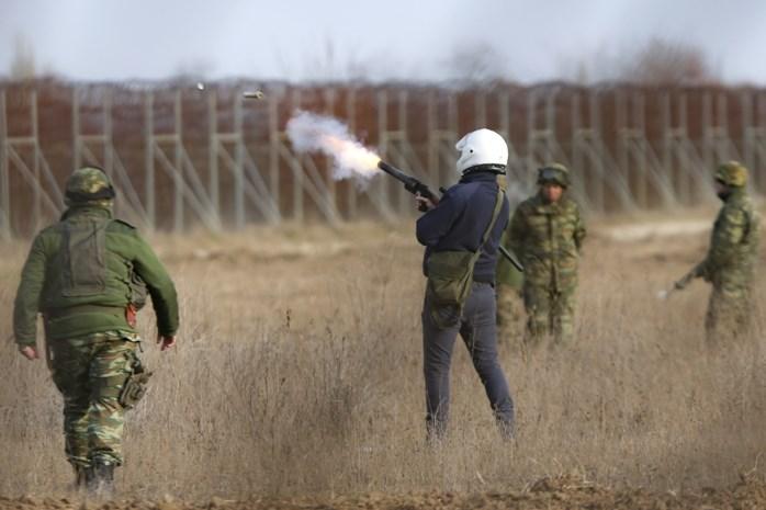 """Griekse politie zet """"potentieel dodelijke"""" traangasgranaten in aan Turkse grens"""