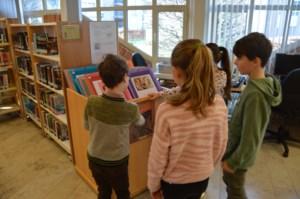 Zonhovense leerlingen restaureren schilderij tijdens Jeugdboekenmaand in bib