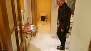 """Liters schuim stromen uit toiletten door chemisch lek: """"Het leek op een vulkaan"""""""