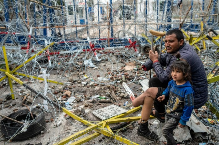Traangas afgevuurd naar vluchtelingen aan Turkse én Griekse kant van de grens