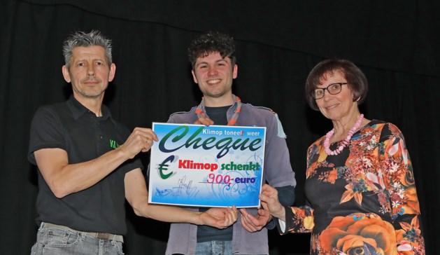 Toneelvereniging Klimop schenkt 900 euro aan Scouts