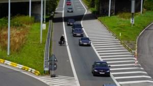 Slapende passagier valt uit rijdende auto en wordt doodgereden
