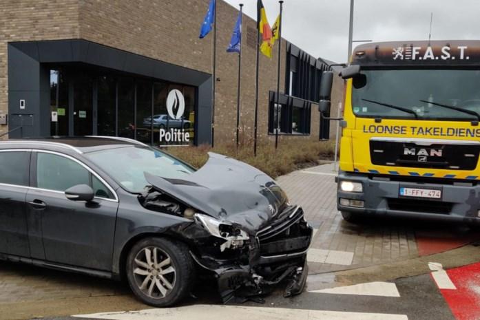 Twee auto's botsen vlak voor politiekantoor van Borgloon