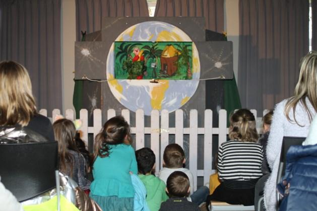 Gezinsbond en bib vermaken kids met poppentheater
