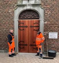 Gemeentearbeiders maken nieuwe kerkdeur