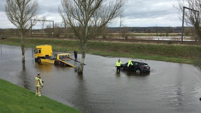 Automobilist volgt gps… en rijdt zich vast op overstroomde sluipweg