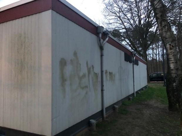 Graffiti gespoten op gevel van wijkcentrum van Lindeman
