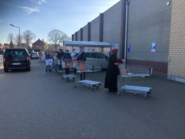 Volle parkings en ellenlange rijen aan Limburgse supermarkten