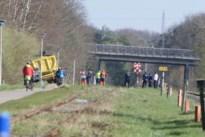 Vrachtwagen rijdt zich vast aan fietspad bij spoorweg