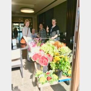 Thomas schenkt bloemen aan rusthuis Bocasa