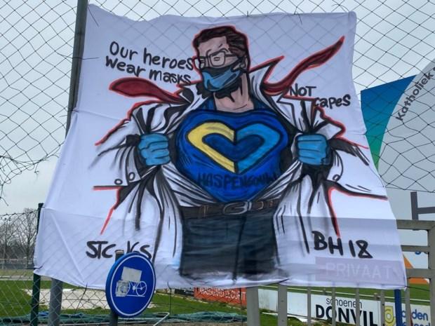 Fans STVV maken spectaculair spandoek om zorgverleners hart onder de riem te steken