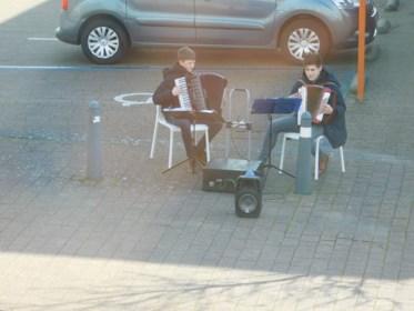 Jong Meeuwers muziektalent verrast bewoners wzc Kloosterhof