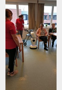 Robot James entertaint bewoners
