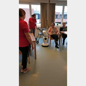 Robot James entertaint bewoners