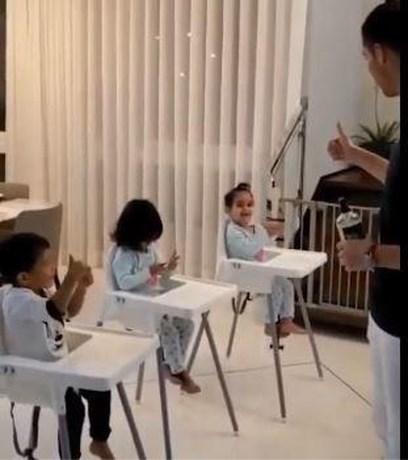 Ronaldo leert kindjes hoe het moet