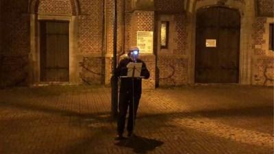 Hartverwarmend: 80-jarige muzikant speelt 'We zullen doorgaan' aan kerk in Eksel