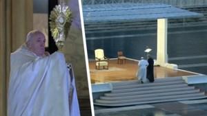 Bevreemdend beeld: paus zegent de wereld voor leeg Sint-Pietersplein
