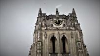 Witte vlag op Basiliek en beiaardspel als teken van steun