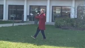 """Koen Crucke geeft coronaconcert bij serviceflats: """"Eenzame mensen gelukkig maken"""""""