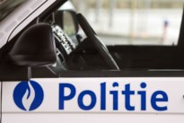 Politie legt groepje voetballers en ouderen in het park de regels nog eens uit in Maaseik