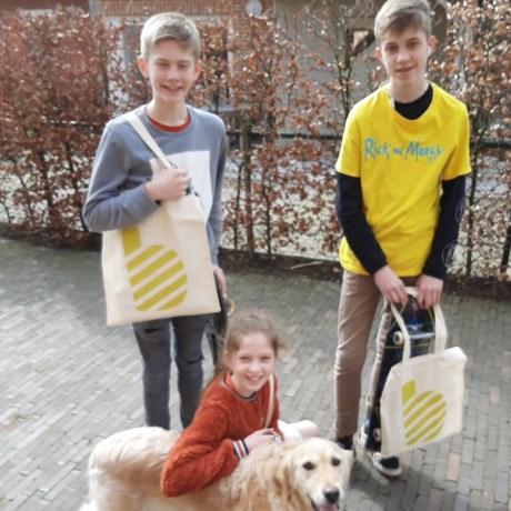 Kinderen en huisdier steken handje toe bij verspreiden infobrief