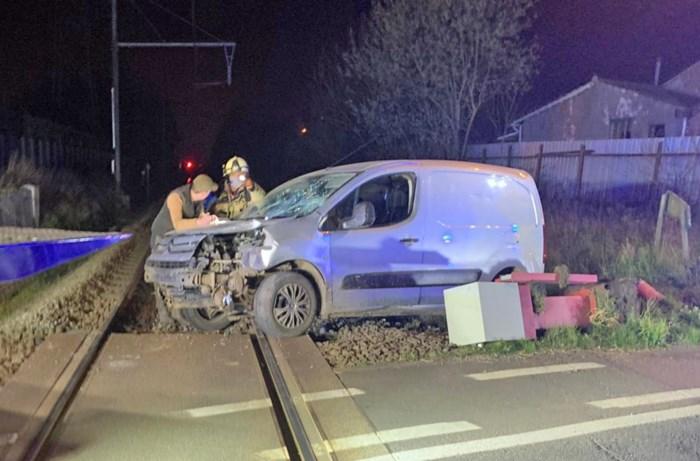 Bestuurder ramt slagboom aan overweg in Kortenbos: treinverkeer even onderbroken