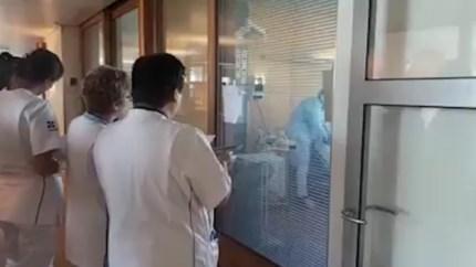 Pakkend: zorgpersoneel zingt Limburgs volkslied voor stervende coronapatiënt