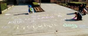 Oudsbergen tegen corona: kinderen versieren oprit met spreuk van Phil Bosmans