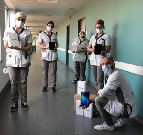 Simon Mignolet schenkt tablets aan Sint-Trudo ziekenhuis
