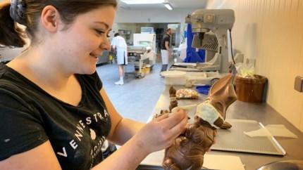 Genkse bakker vindt gat in de markt: chocolade paashaas met mondmasker