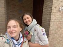 Givers van Scouts Schoravé verrassen Bilzenaren met bloemen