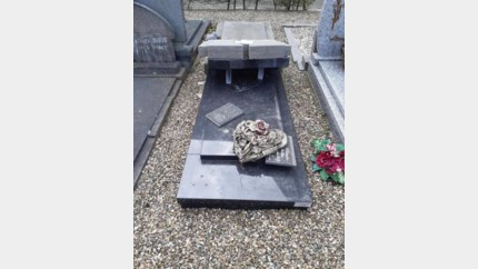 Vandalen duwen grafstenen om