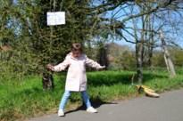 Kinderen voeren opdrachten uit tijdens wandeling