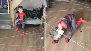Mama gaat wereld rond met 'Spiderman-challenge' voor zoontje tijdens lockdown